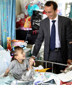 Ambassador Dave Sharma with Syrian patient